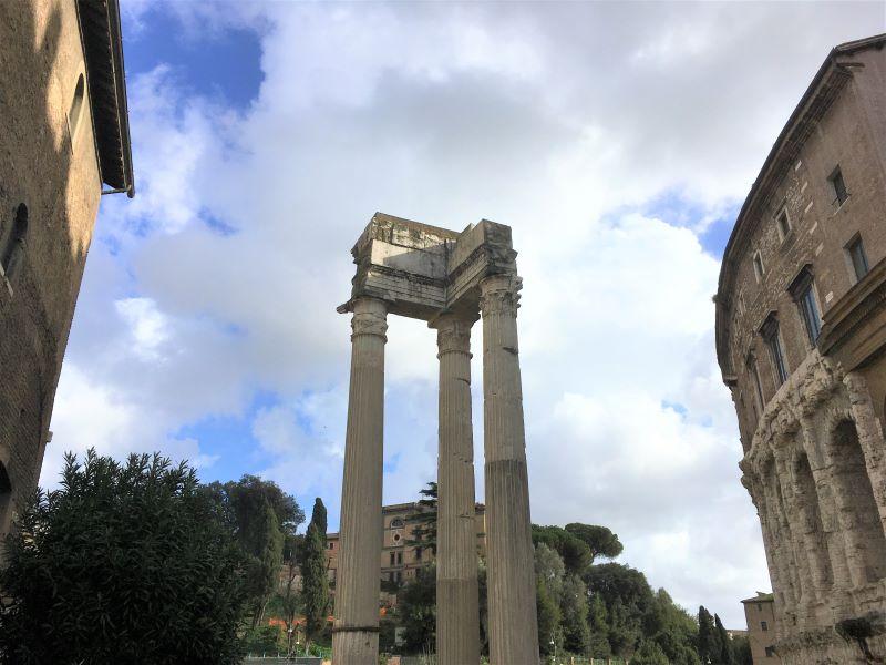 Ghetto di Roma, le tre colonne del tempio di Apollo Sosiano