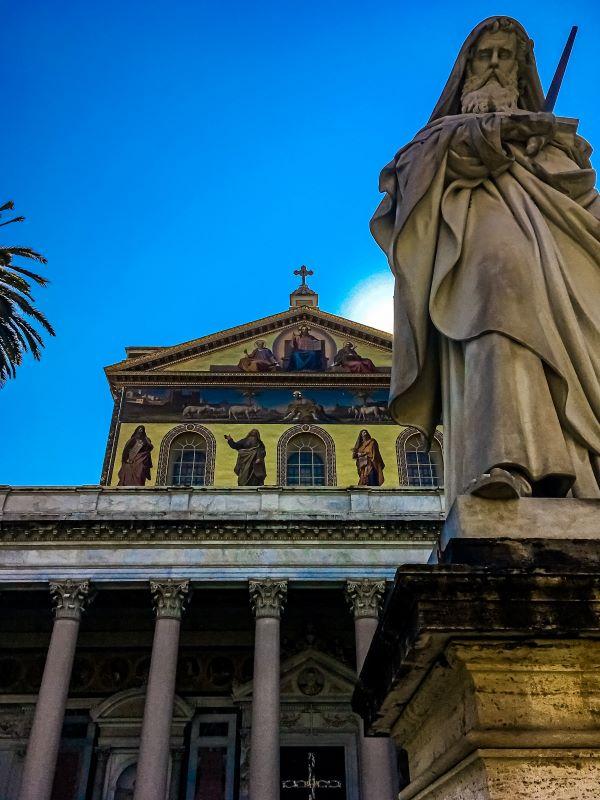 Quartiere Ostiense, San Paolo fuori le mura. Statua e facciata.