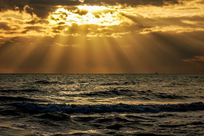 Surf a Roma, il mare a Ostia al tramonto.