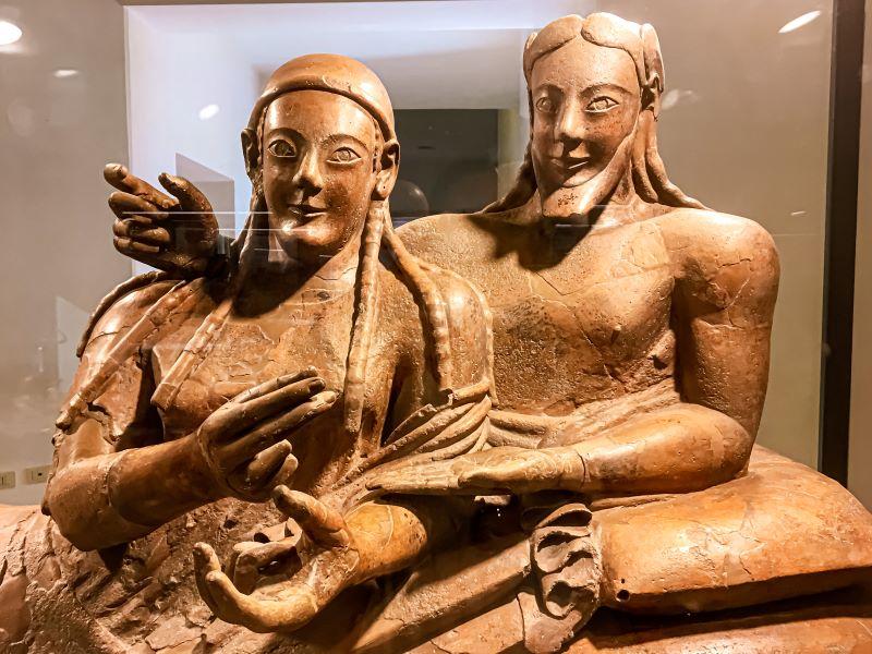 5 musei di Roma un particolare del Sarcofago degli Sposi nel Museo Etrusco di Villa Giulia