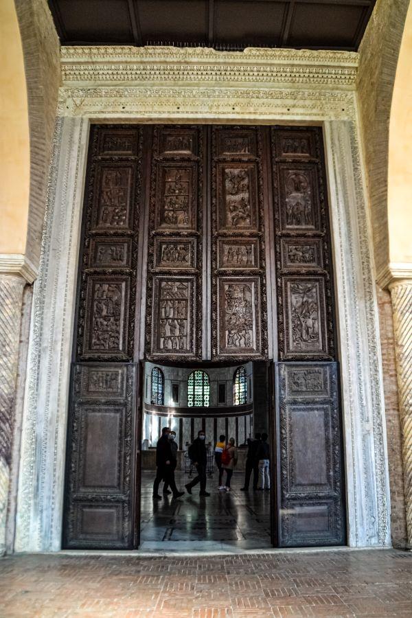 Esplorare l'Aventino portale ligneo del V secolo della Basilica di Santa Sabina