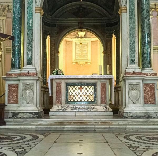 Esplorare l'Aventino l'altare nella Basilica dei Santi Bonifacio e Alessio