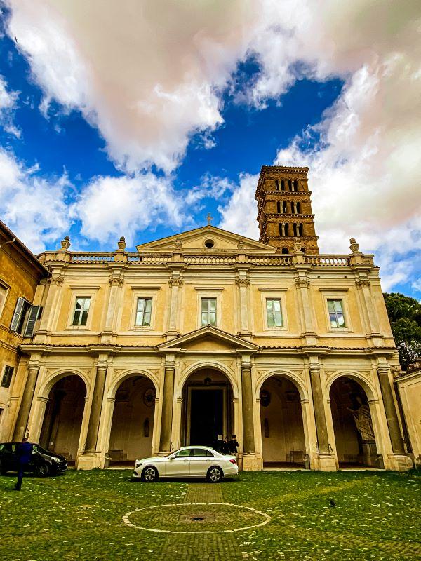 Esplorare l'Aventino facciata della Basilica dei Santi Bonifacio e Alessio