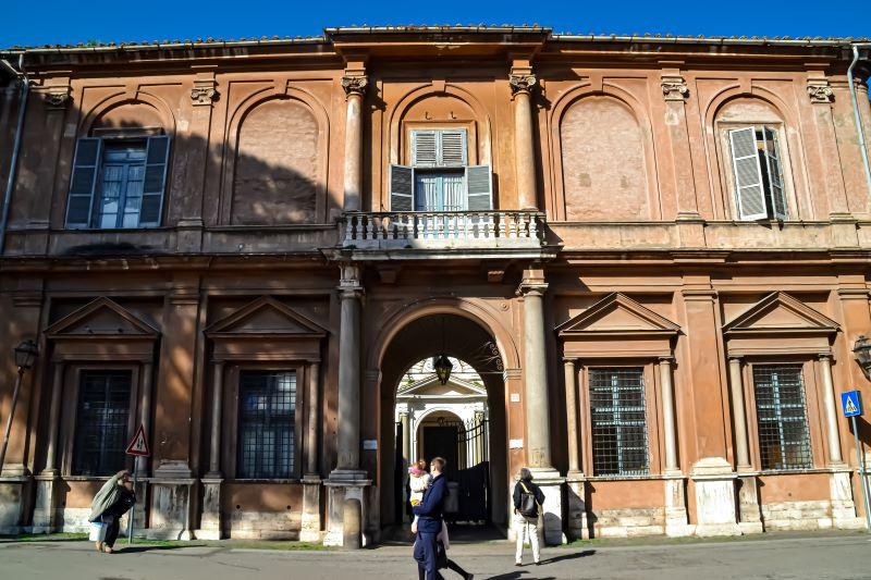 Esplorare l'Aventino ingresso alla Basilica dei Santi Bonifacio e Alessio