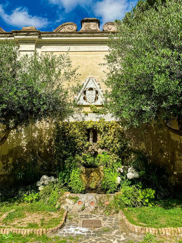 Esplorare l'Aventino la fontana nel quadriportico della Basilica dei Santi Bonifacio e Alessio