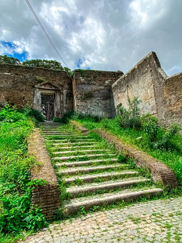 Esplorare l'Aventino i resti della rocca sul Clivo di Rocca Savella