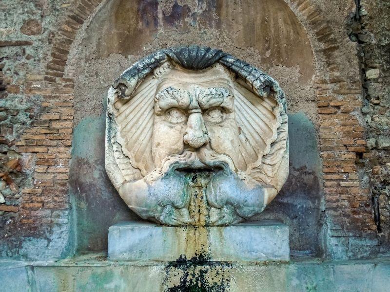 Esplorare l'Aventino particolare del mascherone della fontana in piazza Pietro d'Illiria