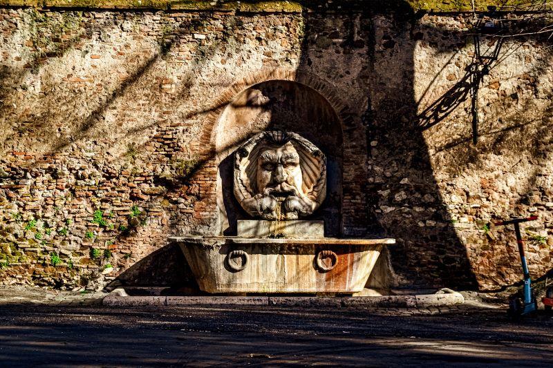 Esplorare l'Aventino fontana con il mascherone in piazza Pietro d'Illiria