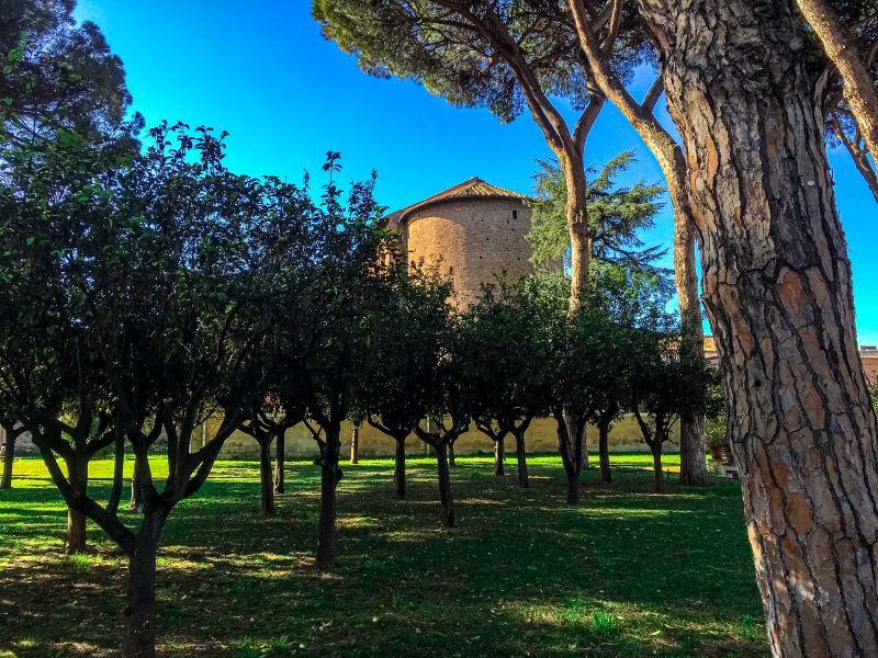 Esplorare l'Aventino alberi di arancio nel Giardino degli Aranci