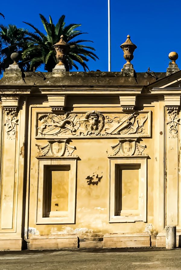 Esplorare l'Aventino un dettaglio dell'ingresso del Priorato