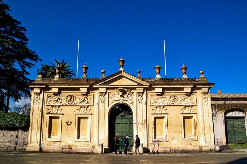 Esplorare l'Aventino ingresso del Priorato in piazza dei Cavalieri di Malta