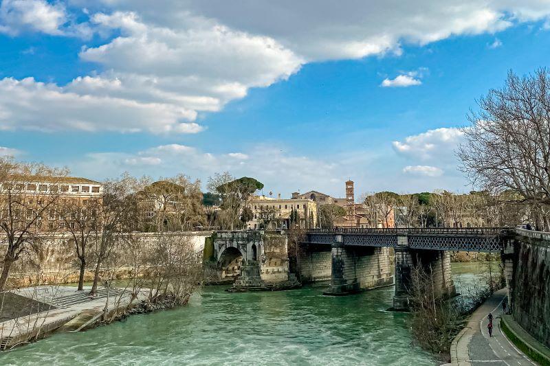 Esplorare l'Aventino ponte Rotto sul Tevere