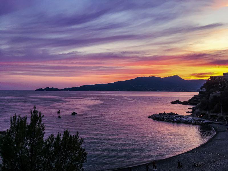 5 spiagge libere a Rapallo tramonto a Zoagli
