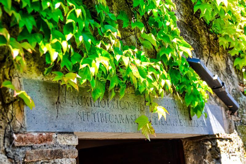 Civita di Bagnoregio un architrave con scritta in latino nel borgo