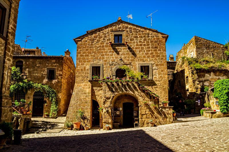 Civita di Bagnoregio casa con profferlo in piazza Colesanti nel borgo