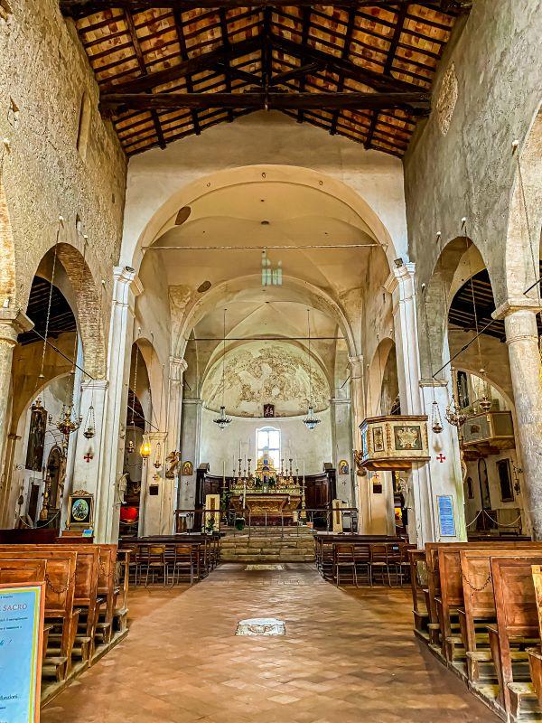 Civita di Bagnoregio interno della chiesa di San Donato nel borgo