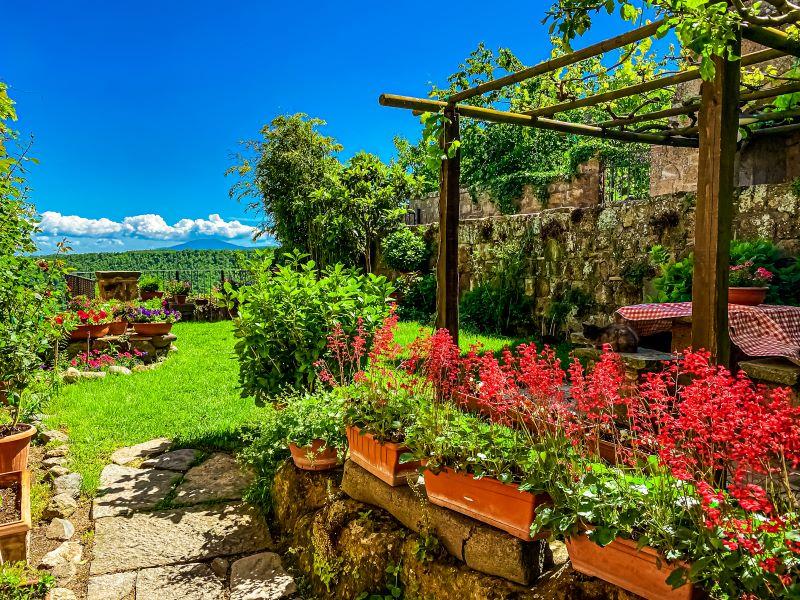 Civita di Bagnoregio un giardino privato fiorito nel borgo