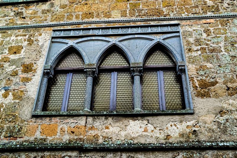 Civita di Bagnoregio particolare di trifora nel borgo