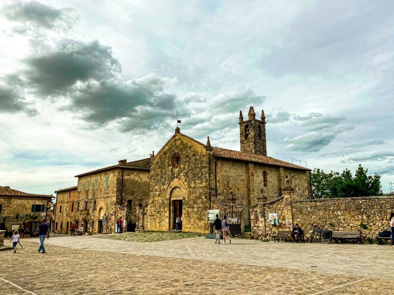 Monteriggioni la chiesa di Santa Maria Assunta su piazza Roma