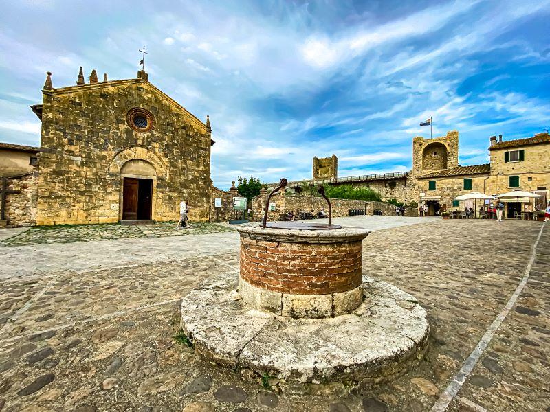 Monteriggioni la chiesa di Santa Maria Assunta e il pozzo in piazza Roma