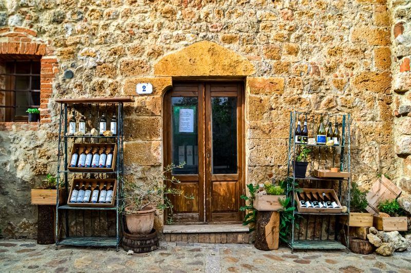 Monteriggioni un ingresso di una bottega nel borgo fortificato