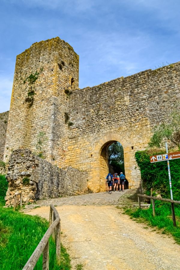 Monteriggioni pellegrini sulla via Francigena entrano nel borgo