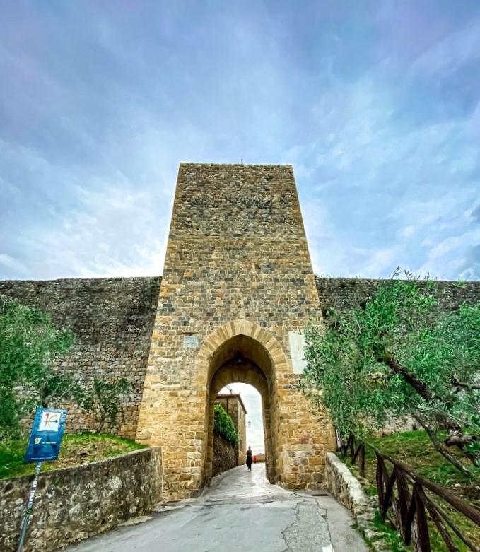 Monteriggioni porta Franca il principale accesso al borgo fortificato