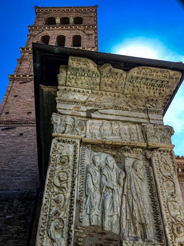 Velabro il rilievo con soldati con prigioniero barbaro sul lato esterno dell'Arco degli Argentari
