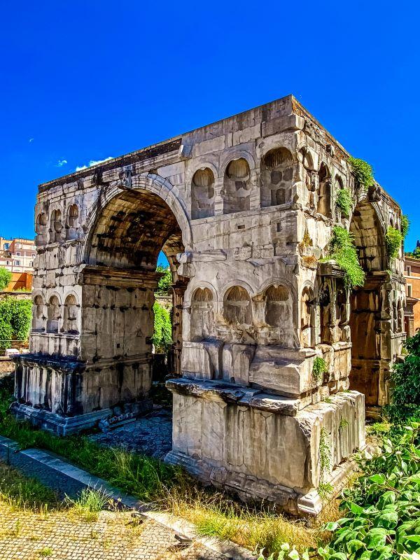 Velabro la struttura massiccia dell'Arco di Giano