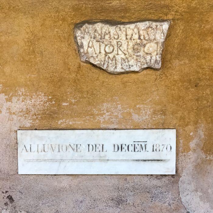 Velabro una delle iscrizioni nel portico di San Giorgio al Velabro