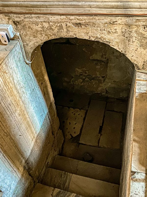 Velabro l'accesso alla cripta all'interno di Santa Maria in Cosmedin