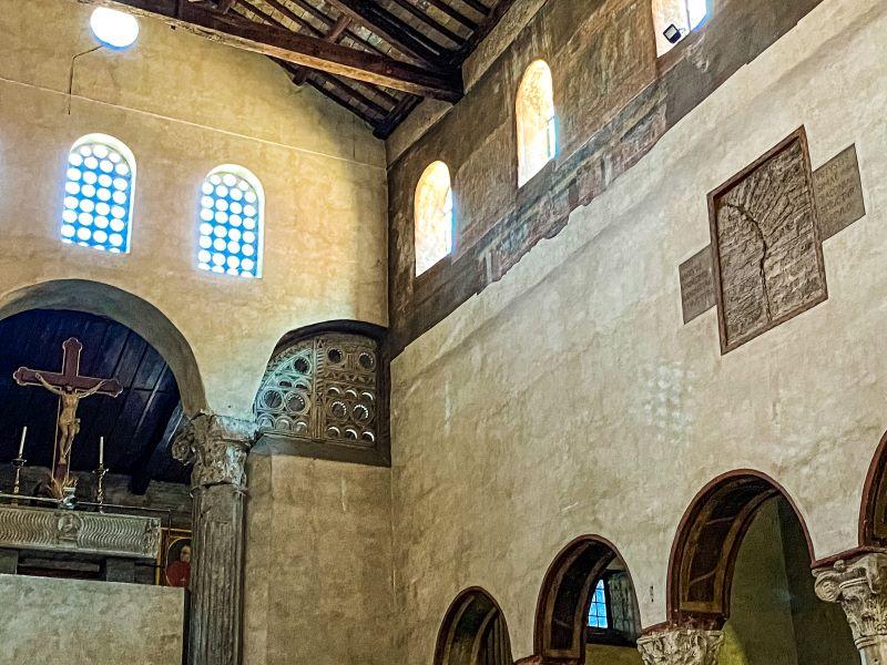 Velabro un particolare dei resti degli affreschi e della Loggia inglobata all'interno di Santa Maria in Cosmedin