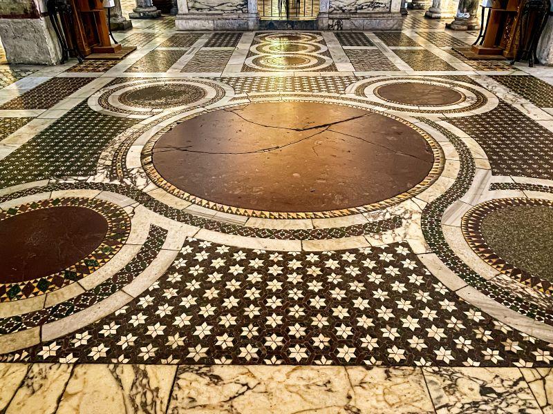 Velabro il pavimento cosmatesco all'interno dei Santa Maria in Cosmedin