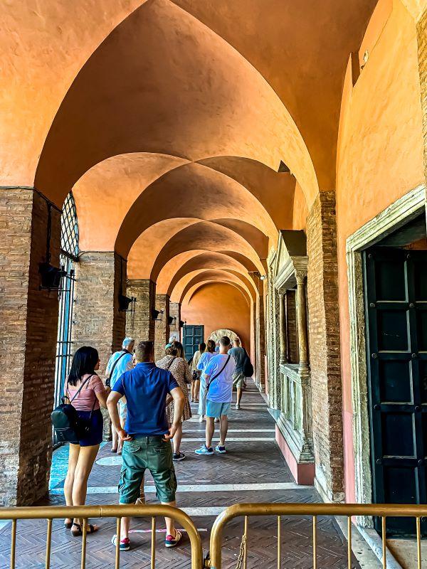Velabro turisti in fila alla Bocca della Verità in Santa Maria in Cosmedin