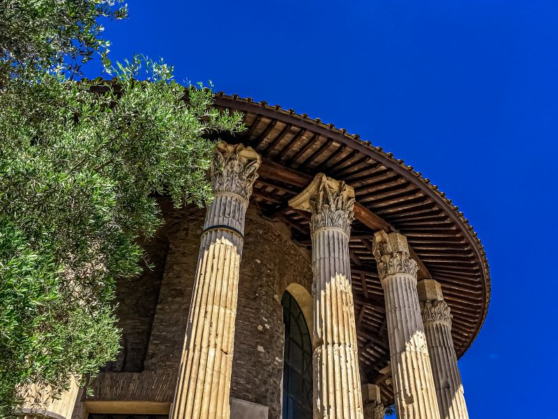 Velabro le colonne e i capitelli corinzi del Tempio di Ercole Vincitore