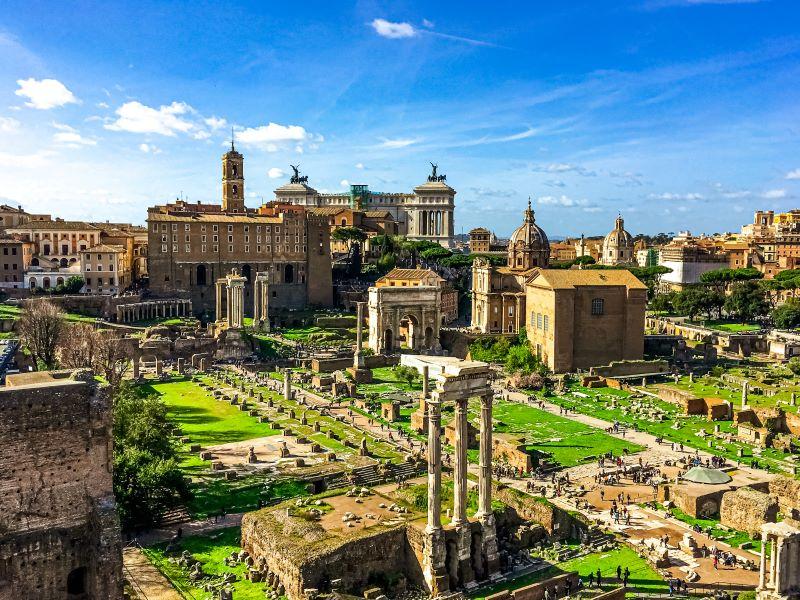 Agosto a Roma la passeggiata ai Fori Imperiali