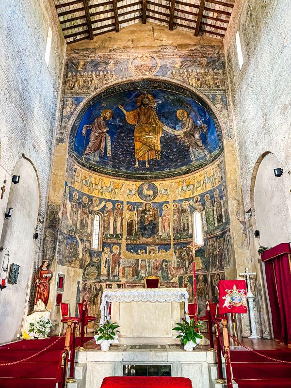 Tivoli l'interno della chiesa di San Silvestro con gli affreschi del XII-XIII secolo nel centro storico