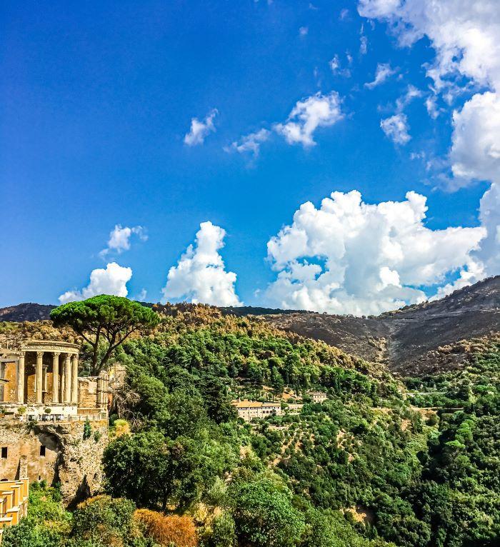 Tivoli il tempio di Vesta e le tracce dell'incendio della Riserva di Monte Catillo