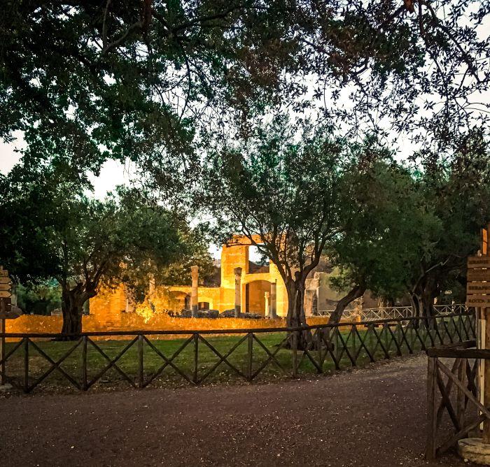 Tivoli alcuni resti tra gli alberi a villa Adriana